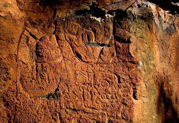 Los petroglifos presentan varios cráneos humanos de perfil y apuntando hacia el horizonte. (inah.gob.mx)