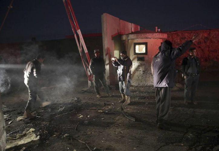 Policías revisan el sitio donde ocurrieron dos explosiones por atentados suicidas cerca del Parlamento, en Kabul, Afganistán, el martes 10 de enero de 2017. (AP/Mssoud Hossaini)