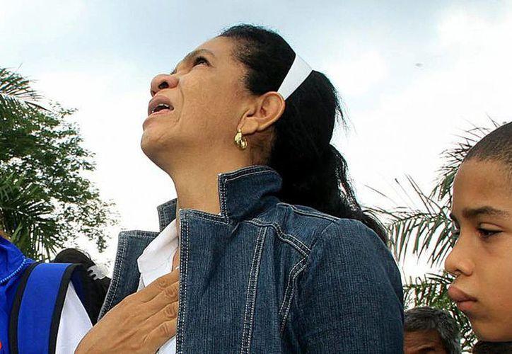 Familiares y amigos de las víctimas del autobús en el que fallecieron 32 pasajeros, la mayoría niños, rinden tributo en Fundación, Colombia. (EFE)