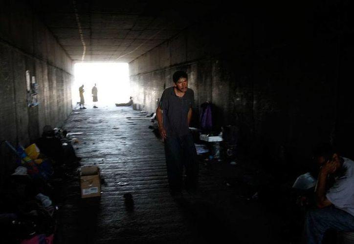 El espacio que ya no ocupa el Río Tijuana sirve de espacio para vivir a unas 1,200 personas que intentan o intentaron llegar a EU. Ahora muchos de ellos simplemente dejan que se los lleve la corriente... (NTX)