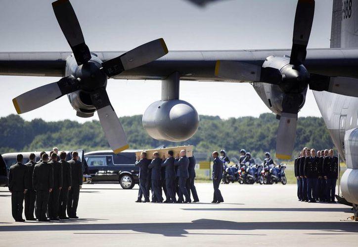Los cuerpos de los holandeses llegaron a bordo de un Hércules C-130 holandés con 16 ataúdes y un C-17 Globemaster australiano con otros 24. (Foto:AP)
