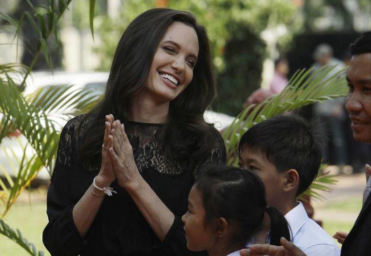 Angelina Jolie se encuentra promocionando su nueva película y de paso habló por primera vez tras separarse de Brad Pitt.(Heng Sinith/AP)
