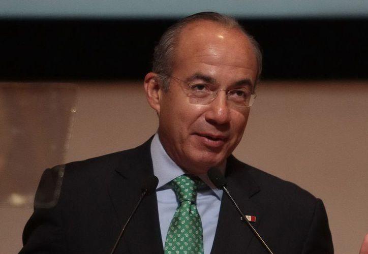 Calderón asegura que su gobierno logró frenar el declive de la producción petrolera, gracias a la reforma energética y a una billonaria inversión. (Archivo Notimex)