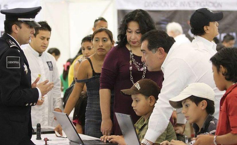 El secretario general de Gobierno recorrió la exposición 'Un día con tu policía federal', en el Centro de Convenciones Yucatán Siglo XXI. (Milenio Novedades).