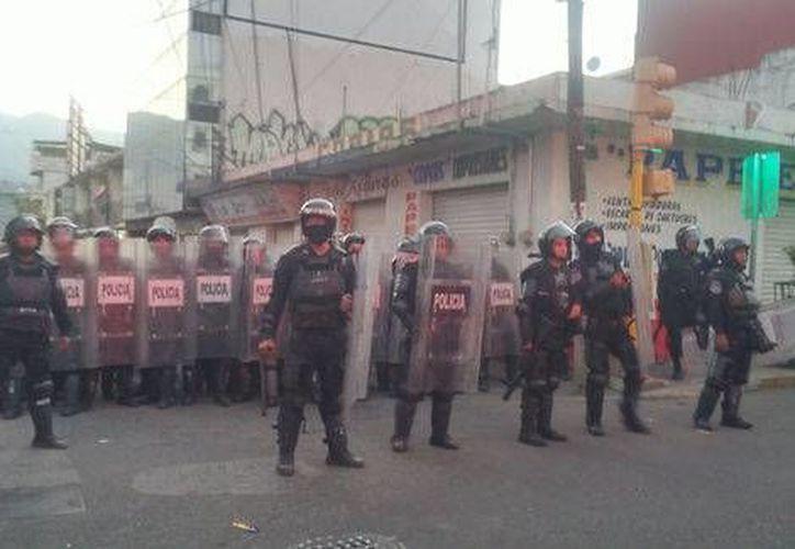 Maestros disidentes se enfrentaron con la policía en Chilpancingo. (Rogelio Agustín/Milenio)