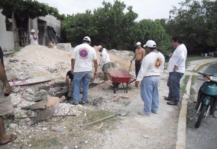 Personal realiza trabajos de reparación de tubería de desagüe en la colonia La Gloria. (Lanrry Parra/SIPSE)