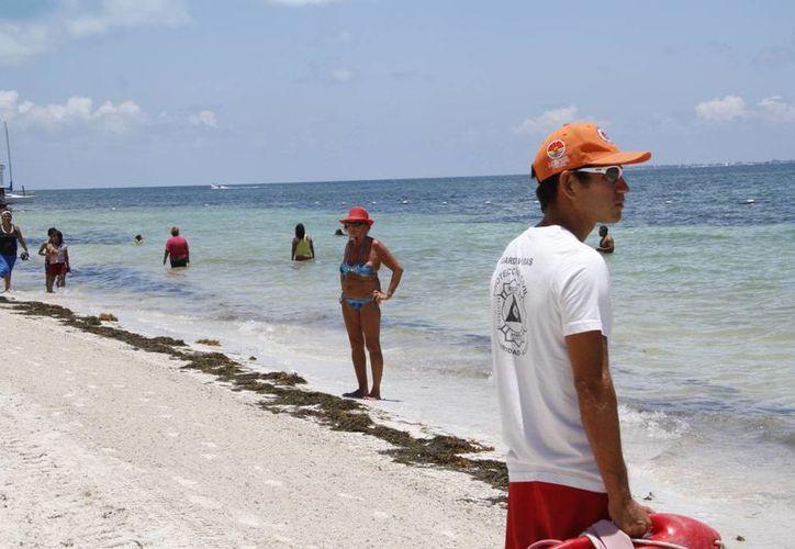 En temporadas vacacionales es necesario reforzar la vigilancia en las playas. (Tomás Álvarez/SIPSE)