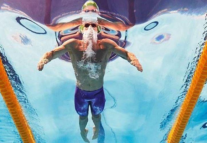 El nadador sudafricano Cameron Van der Burgh rompió su récord este martes en las albercas de Kazán en el marco de las semifinales del mundial de natación en los 50 metros estilo pecho.(AP)