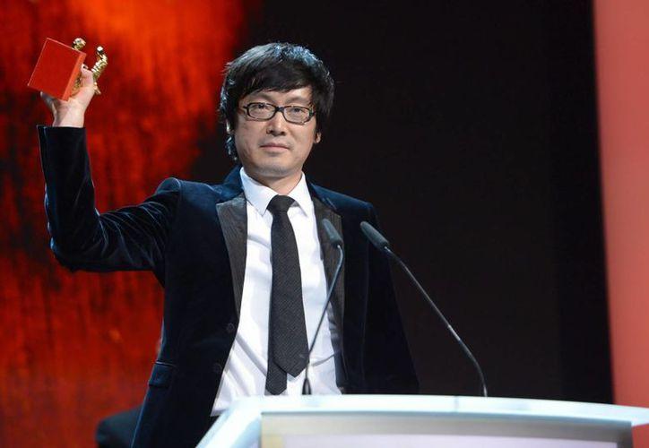 El director chino Yinan Diao recibió el Oso de Oro a la Mejor Película por 'Bai Yan Huo Ri', en el Festival de Cine de Berlín. (EFE)