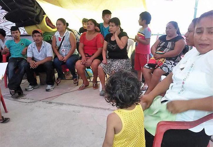 Las personas que protestan afuera del Palacio Municipal de Bacalar han comenzado a enfermarse. (Javier Ortiz/SIPSE)