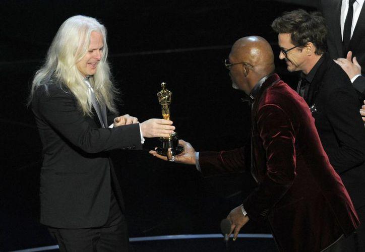 El cineasta de origen chileno recibe su Oscar. (Agencias)