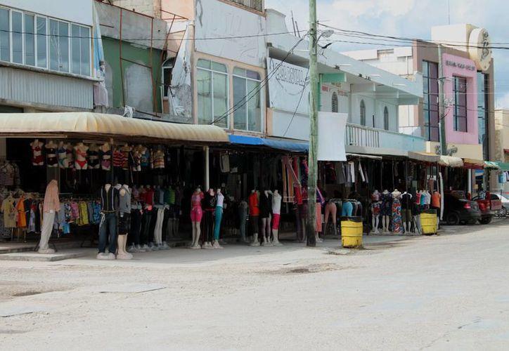 Los pocos visitantes que llegaron al lugar, simplemente observaron las mercaderías; se registraron ventas muy bajas. (Ernesto Neveu/SIPSE)