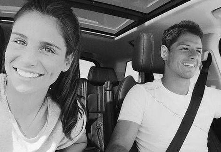 La periodista española Lucia Villalon al lado del delantero mexicano Javier Hernández. La foto fue subida a Instagram. (Instagram)