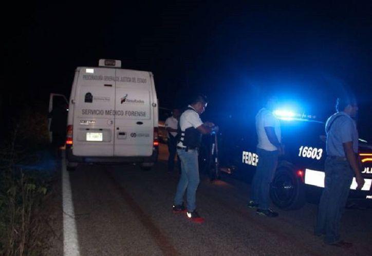 Peritos del Semefo se hicieron cargo del levantamiento del cuerpo para los fines de ley. (Foto: Redacción/SIPSE)