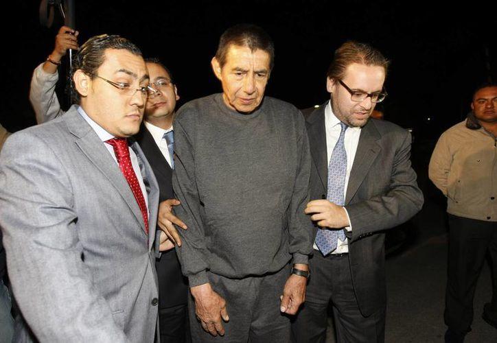 El general retirado Tomás Ángeles Dauahare (c) es acompañado por miembros no identificados de su equipo de abogados al salir de la cárcel de máxima seguridad del Altiplano. (Agencias)