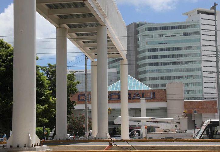 El segundo puente peatonal, que se ubica en la avenida Tulum, se encuentra en la etapa final de instalación. (Tomás Álvarez/SIPSE)