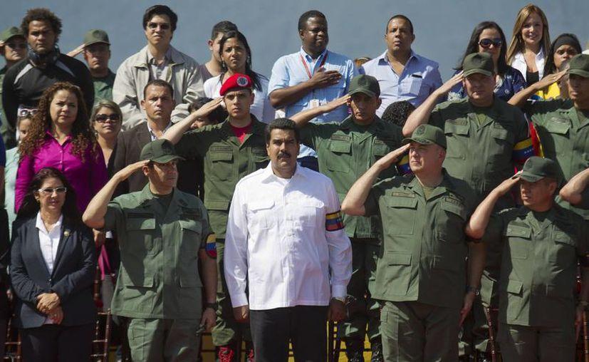 El presidente de Venezuela, Nicolás Maduro, asiste este lunes 13 de mayo de 2013, junto al alto mando militar e integrantes de su gabinete ministerial, a una ceremonia en el patio de la Academia Militar en Caracas. (Agencias)
