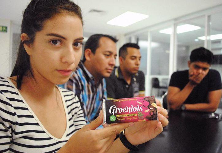 Groenlots contiene proteína, chocolate, cacahuate y avena, entre otros, está libre de conservadores. Imagen de los cuatro jóvenes universitarios que crearon el producto. (Milenio Novedades)