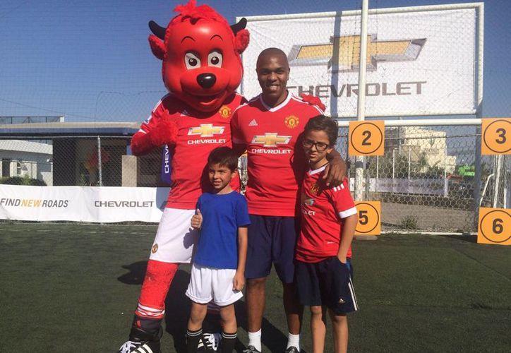 Un niño mexicano cumplirá su sueño de salir al campo junto a jugadores del Manchester United en Inglaterra en un partido oficial. (Notimex)