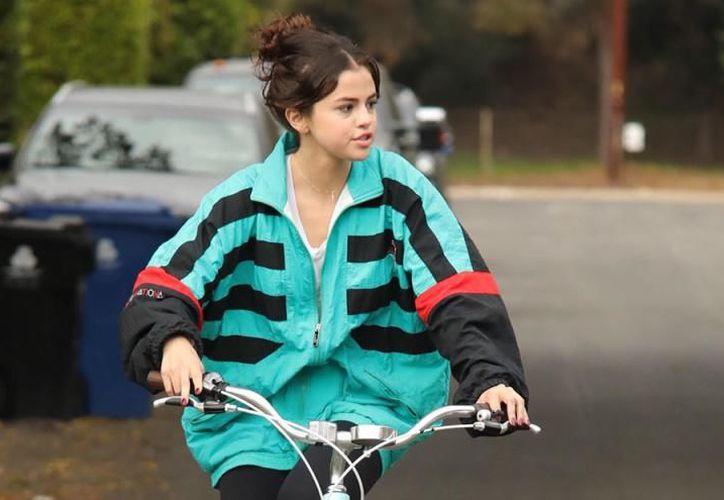 Selena Gómez aparece con la sudadera de su ex novio Abel Tesfaye. (Getty Images).