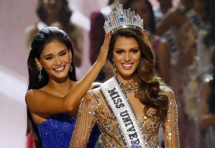 La nueva Miss Universo recibiendo la corona de manos de su antecesora. (AP Photo/Bullit Marquez)