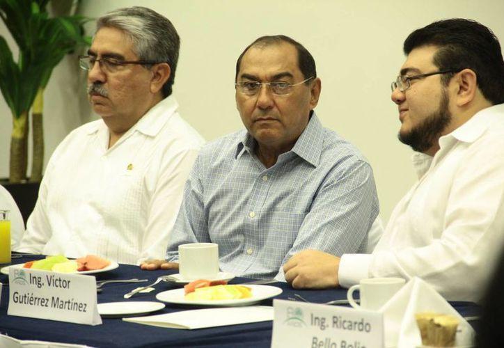 El presidentes de la Cámara Nacional de la Industria Electrónica, de Telecomunicaciones y Tecnologías de la Información (Canieti) Yucatán, Jorge Solís Buenfil (i) habló sobre las ventajas de la  nueva red de banda ancha. (Jorge Acosta/SIPSE)