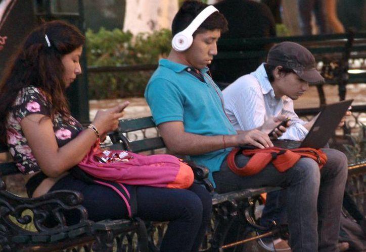 Los jóvenes yucatecos cada vez son más dependientes de los dispositivos móviles, lo que en muchos casos ocasiona estrés. (Milenio Novedades)
