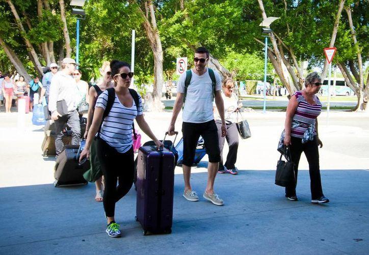 Según Banxico, el gasto promedio del turista extranjero en el país, se ubicó en 215.5 dólares, una baja de 2.3 por ciento. (Archivo/Notimex)