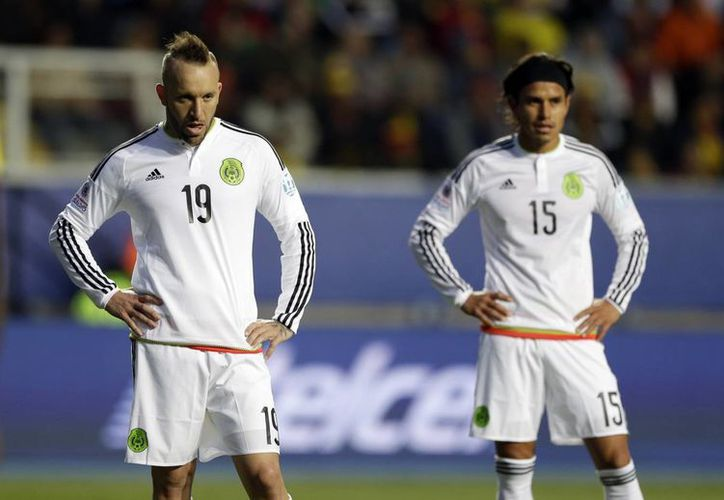 El delantero mexicano Vicente Matías Vuoso (i) fue elegido dentro del 11 ideal de la segunda fecha de la fase de grupos de la Copa América Chile 2015. En la imagen 'El Toro' durante el encuentro contra Ecuador. (AP)