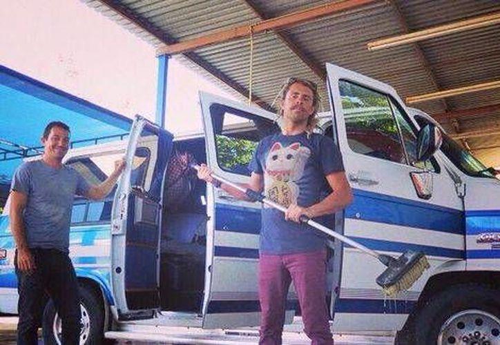 Dos surfistas australianos desaparecieron el 20 de noviembre, al día siguiente apareció quemada la camioneta en que viajaban y en ella había dos cuerpos. (Milenio)