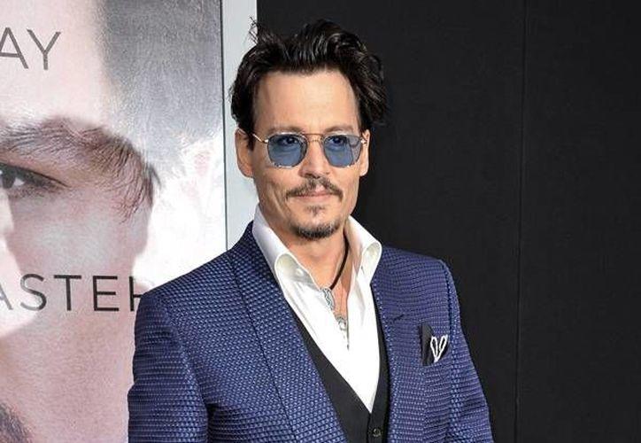 """Johnny Depp será la nueva imagen del nuevo perfume de Dior, En la foto se aprecia al actor al llegar al estreno en Los Angeles de """"Transcendence"""" . (AP)"""