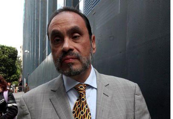 Diego Hernán Arévalo Pérez, abogado del ex mandatario de Tamaulipas, en la sede de la PGR. (Reforma)