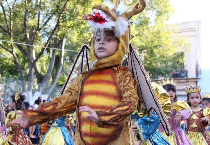 El próximo 27 de febrero, en el Centro de Mérida, más de 600 estudiantes integrarán las comparsas que desfilarán para iniciar oficialmente los recorridos del Carnaval 2014. (Archivo/Oficial)