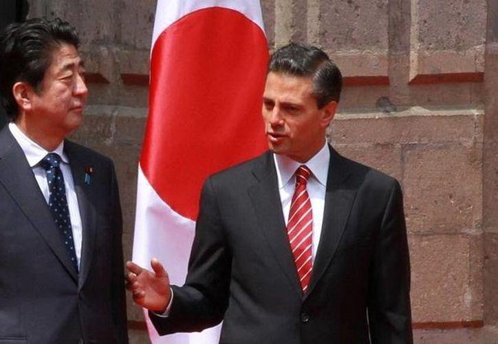 En Palacio Nacional, Peña Nieto recibió a la comitiva que acompaña al primer ministro japonés, y luego pasaron revista al cuerpo militar especial. (Notimex)