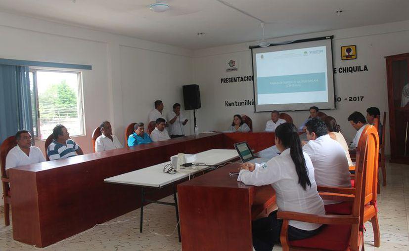 Las autoridades y prestadores de servicios turísticos acudieron a conocer el proyecto. (Gloria Poot/SIPSE)