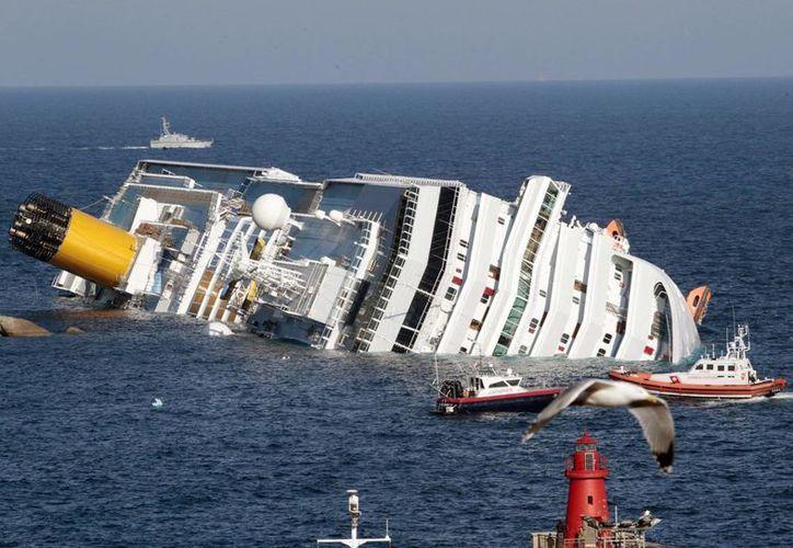 El Costa Concordia chocó con las rocas frente a la Isla del Giglio el 13 de enero de 2012. (Archivo/AP)
