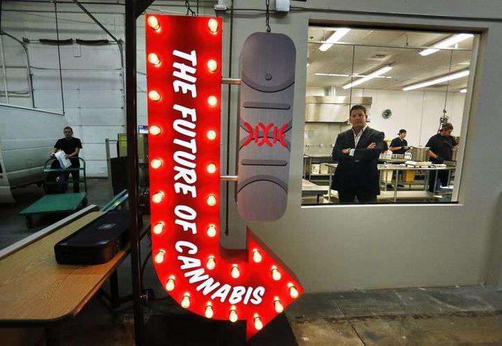Tripp Keber, director de Dixie Elixirs & Edibles, una empresa que produce bebidas, alimentos y otros artículos con marihuana, dentro de una de sus cocinas en sus instalaciones de Denver. (Agencias)