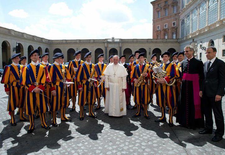 El Papa Francisco posa con la banda de Guardias suizos. (Agencias)