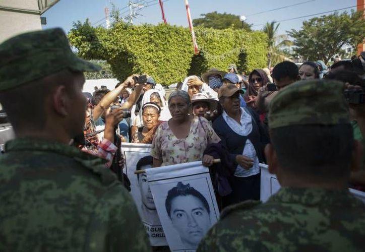 Imagen de archivo de una protesta que realizaron los familiares de normalistas desaparecidos frente a las instalaciones del 27 Batallón de Infanteria, en municipio de Iguala. (Octavio Gómez/proceso.com.mx)
