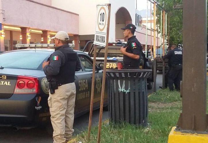 La intensa movilización policiaca llamó la atención de los vecinos y transeúntes. (SIPSE)