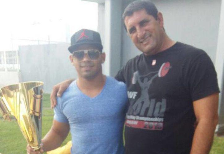 El atleta cubano mexicanizado llegó a Chetumal acompañado de su entrenador. (Claudia Martín/SIPSE)