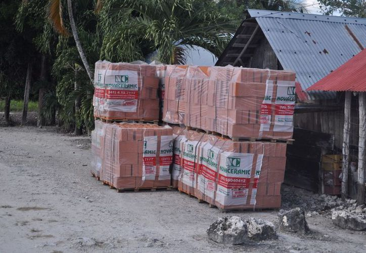 Pobladores expusieron que al menos 10 familias recibieron apoyos para la construcción de un cuarto de material. (Javier Ortiz/SIPSE)