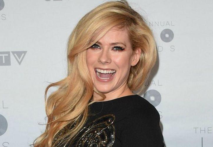 """Avril Lavigne reveló el título de su nuevo sencillo, el cuál será """"Head Above Water"""". (Foto: Life & Style)"""