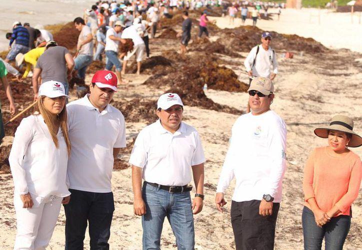 El primer edil de Tulum agradeció a las personas participantes por dedicar la mañana de su domingo a la limpieza de playas. (Redacción/SIPSE)