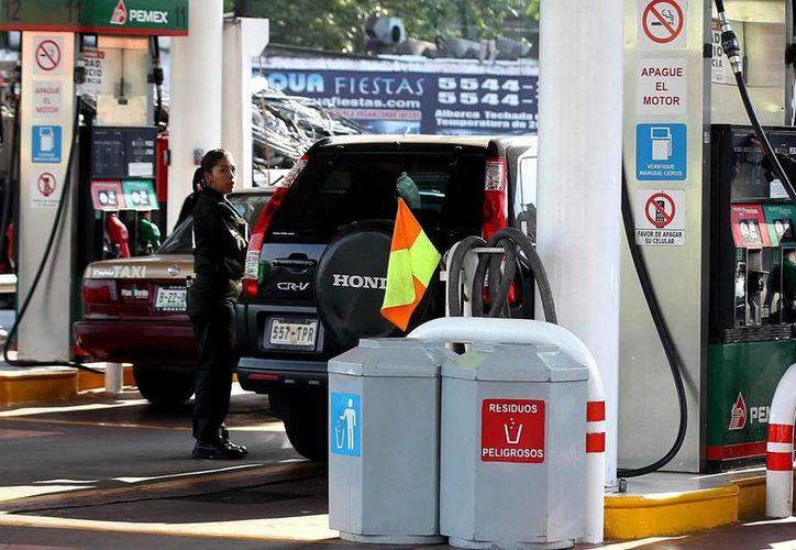 El Diario Oficial de la Federación, la SHCP publica este jueves el acuerdo que establece los precios de las gasolinas y el diésel en México, para marzo de 2016. (Archivo/Notimex)