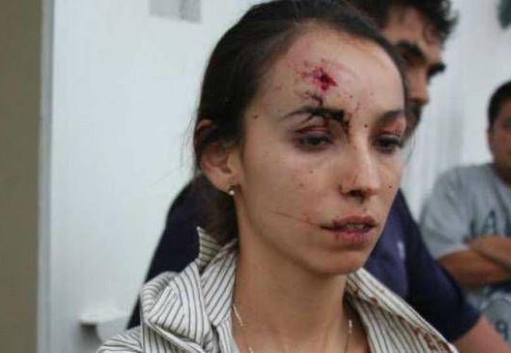 La reportera Karla Silva fue agredida en la oficina donde trabajaba. (foto tomada de facebook.com)