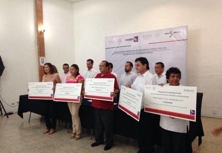 Organizaciones civiles recibieron 3.1 millones de pesos para proyectos sociales, de manos del Gobierno del Estado. (Israel Cárdenas/SIPSE)