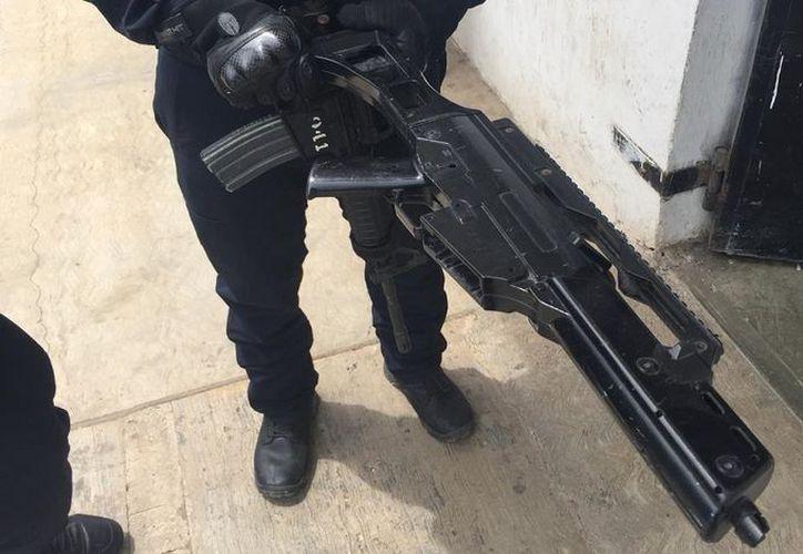 Los detenidos y el arma de juguete quedaron a disposición de un juez calificador. (SIPSE)