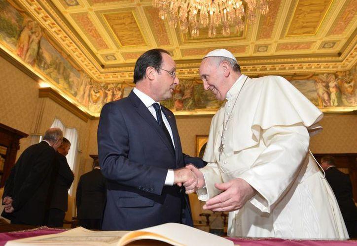 El papa Francisco recibe al presidente francés Francois Hollande durante la reunión privada entre ambos en el Vaticano. (Agencias)