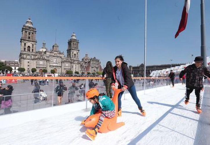 En la pista podrás patinar por 40 minutos consecutivos de manera gratuita.(Jesús Quintanar/Milenio)